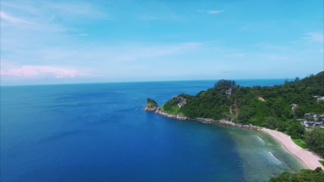 vídeos de stock, filmes e b-roll de viaduto de phuket tailândia casas no mar - phuket