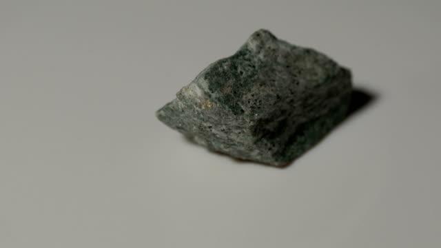vídeos de stock, filmes e b-roll de amostra de mineral de ardósia filito em rotação com fundo branco - amostra científica