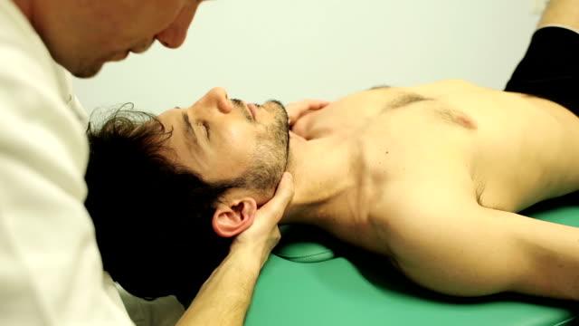 Fisioterapeuta é manipulação o pescoço de uma jovem: Quiroprático - vídeo