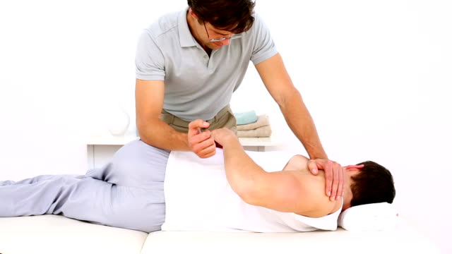 Physiotherapeuten untersuchen Patienten anpassen verletzt Schulter – Video