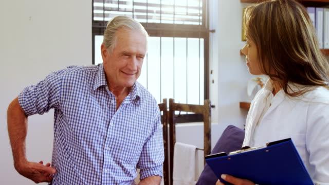Physiotherapeuten unterstützen ältere Menschen während der Beratung 4k – Video