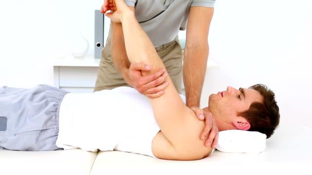 Fisioterapeuta feridos ou doentes ombro - vídeo