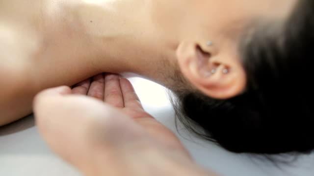 梨花首の後ろを押すと理学療法士 - 首点の映像素材/bロール