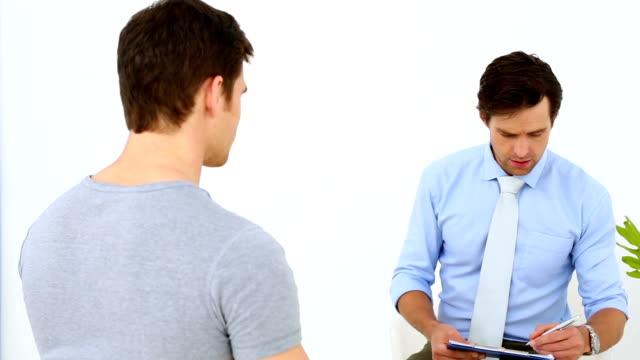 Fisioterapeuta falando com o paciente - vídeo