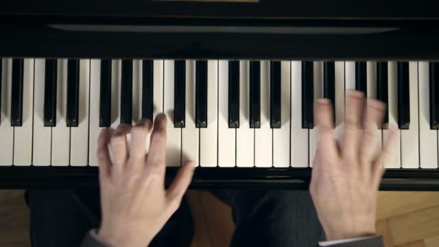 vídeos de stock e filmes b-roll de pianista a compor música - piano