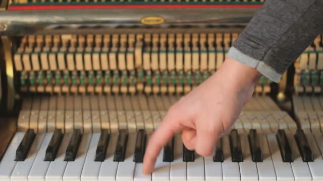 vidéos et rushes de piano cinématique travelling sur chariot - synthétiseur