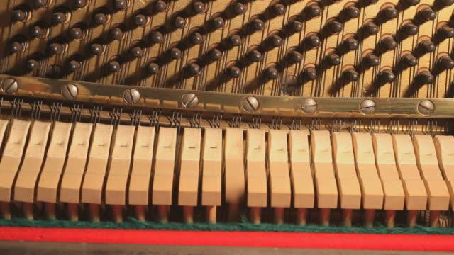vidéos et rushes de piano intérieur marteaux - synthétiseur