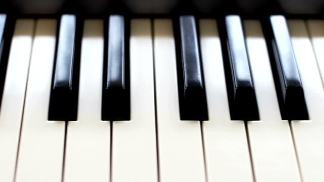 vídeos de stock e filmes b-roll de piano keys, front view, camera movement along the keys - piano