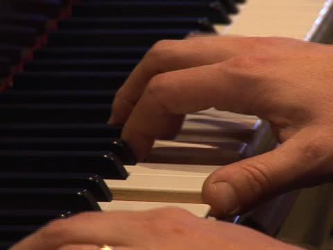 фортепиано игрок руки - рука человека стоковые видео и кадры b-roll