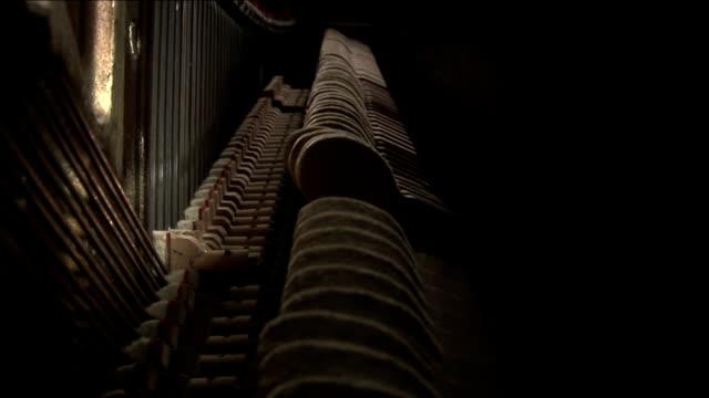 vídeos de stock e filmes b-roll de piano - piano