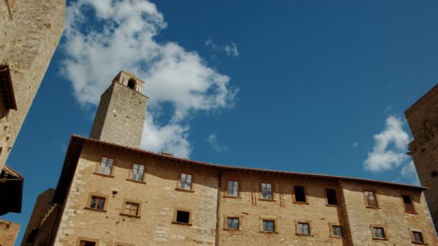 piazza della cisterna, san gimignano, toskana, i̇talya - toskana stok videoları ve detay görüntü çekimi