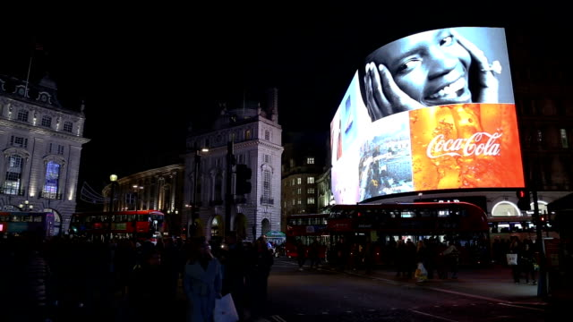 piccadilly circus london in the night - insegna commerciale video stock e b–roll