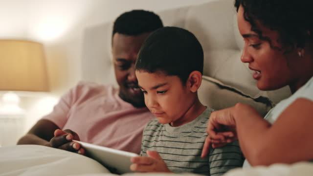 映画を選ぶ、息子 - タッチスクリーン点の映像素材/bロール