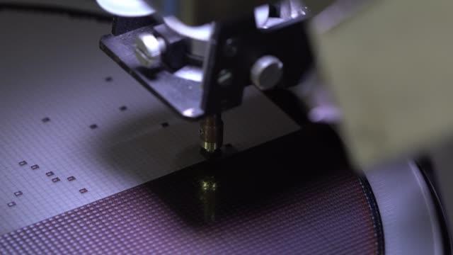 シリコンダイを拾う - 半導体点の映像素材/bロール