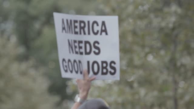 피켓 표지판이 도시 거리를 통해 운반되고 있습니다. - unemployment 스톡 비디오 및 b-롤 화면
