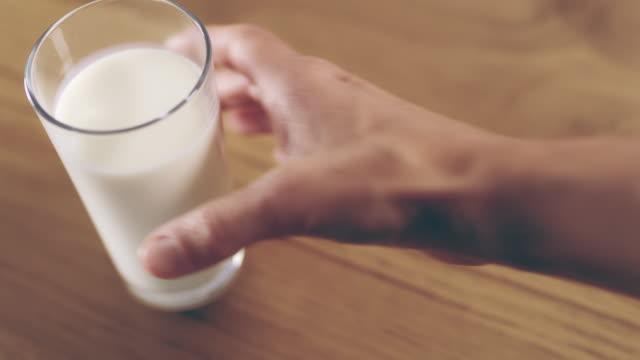 ds r/f は、牛乳のガラスを拾う - グラス点の映像素材/bロール