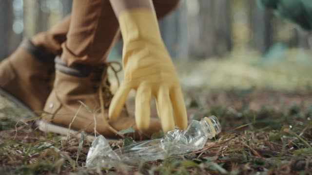 zbieranie plastikowej butelki - podnosić filmów i materiałów b-roll