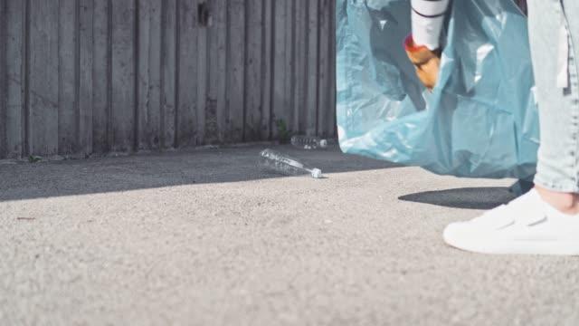 落ちているゴミを拾う - 持ち上げる点の映像素材/bロール