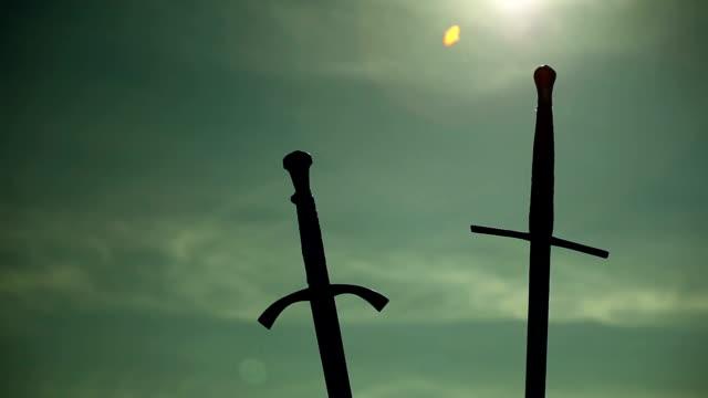 поднимать два мечей - sword стоковые видео и кадры b-roll