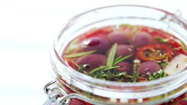절인된 올리브와 허브 항아리에 - 식초 스톡 비디오 및 b-롤 화면