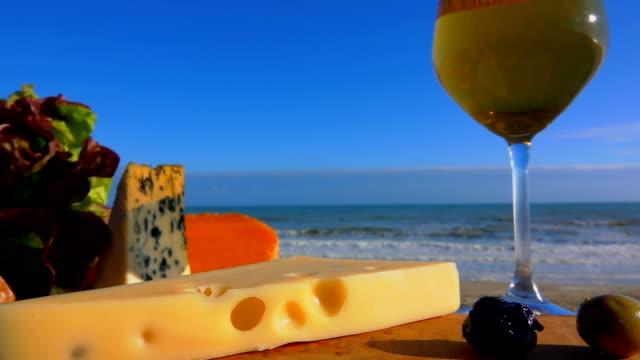 picknick an der atlantikküste mit käse und wein - brie stock-videos und b-roll-filmmaterial