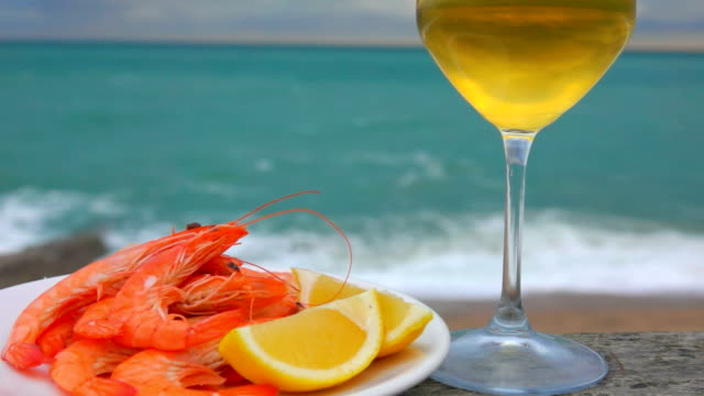 picnic on the atlantic coast with shrimp and wine - crostaceo video stock e b–roll