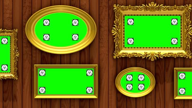 bild galleri 3d-animering. guld tavelramar på brun trä bakgrund. kameran flyttas längs väggen, sömlös loop. motion tracking markörer och grön skärm ingår. - fotoram bildbanksvideor och videomaterial från bakom kulisserna