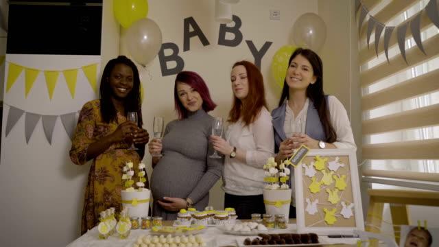 vídeos de stock, filmes e b-roll de retrato com melhores amigos no evento do chuveiro de bebê - chá de bebê