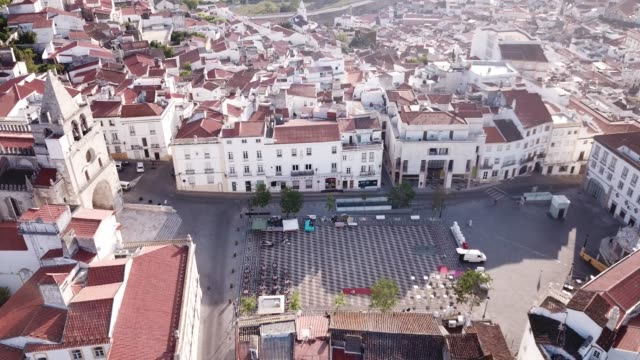 vídeos de stock e filmes b-roll de picturesque aerial view of elvas cityscape overlooking of old catholic cathedral - portalegre