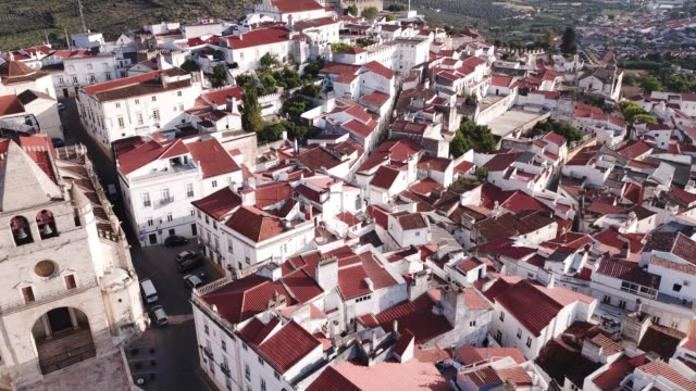 vídeos de stock e filmes b-roll de picturesque aerial view of elvas cityscape - portalegre