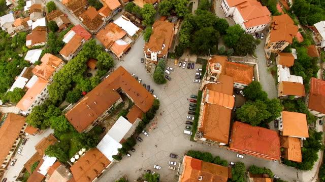 stockvideo's en b-roll-footage met pittoreske luchtfoto van signagi stadje gelegen aan de groene heuvels in georgië - duurzaam toerisme
