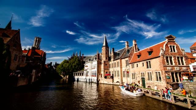 pittoresca vista sul canale di bruges (brugge), belgio, time lapse - bruges video stock e b–roll