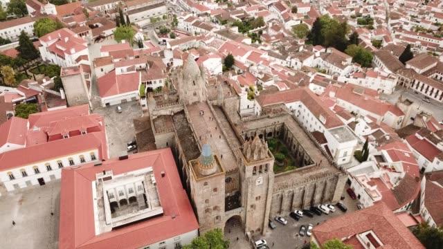 picturesque top view of city evora - элемент здания стоковые видео и кадры b-roll