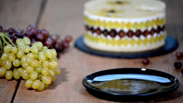 vídeos y material grabado en eventos de stock de pedazo de tarta de mousse casero con uvas. - suflé