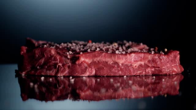 アイテムの牛のステーキ - 一切れ点の映像素材/bロール