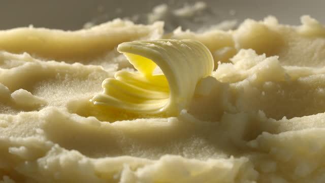 vídeos de stock, filmes e b-roll de parte de manteiga que derrete lentamente em um purê de batata-time-lapse - gordura