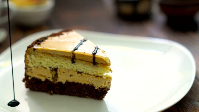 Piece of cake on a white plate, preparation of the presentation. - vídeo
