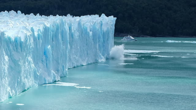 кусок льда ледника перито морено - ледник стоковые видео и кадры b-roll