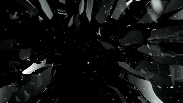 pezzi di vetro frantumato distrutto al rallentatore - vetro video stock e b–roll