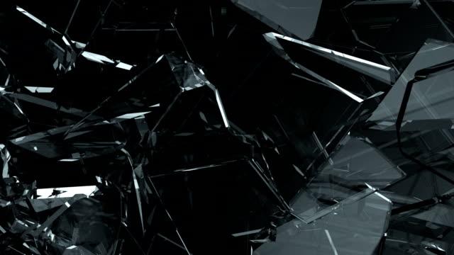 ガラスの破片が粉々になり、スローモーションで壊れた。アルファマット - 尖っている点の映像素材/bロール