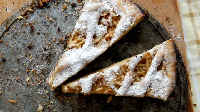 yarısı yenmiş pasta bir tabloda parçaları. homemade pişirme. dan ev mutfakta kısa pasta elmalı turta - kek dilimi stok videoları ve detay görüntü çekimi