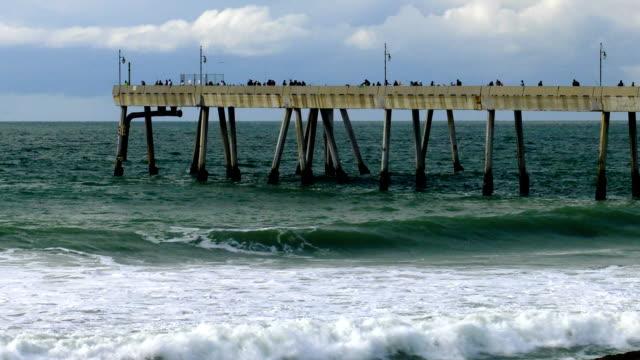 vídeos de stock e filmes b-roll de pier - montanha costeira