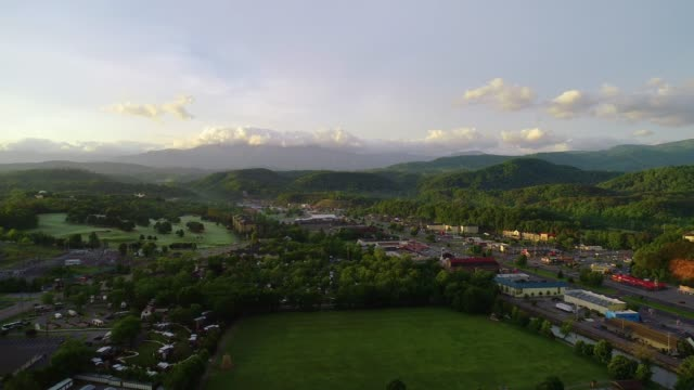 pigeon forge e sevierville tennessee tn drone aerial - monti appalachi video stock e b–roll