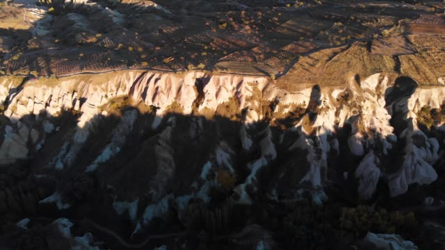 pigeon valley felsformation in kappadokien, türkei - zentralanatolien stock-videos und b-roll-filmmaterial