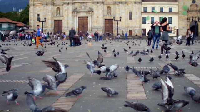 vidéos et rushes de pigeons et les personnes à la plaza de bolivar, la candelaria, bogotá, colombia 2 - sky