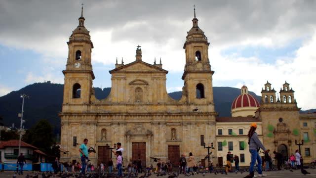 Palomas y gente en la Plaza de Bolívar, La Candelaria, Bogotá, Colombia 3 - vídeo