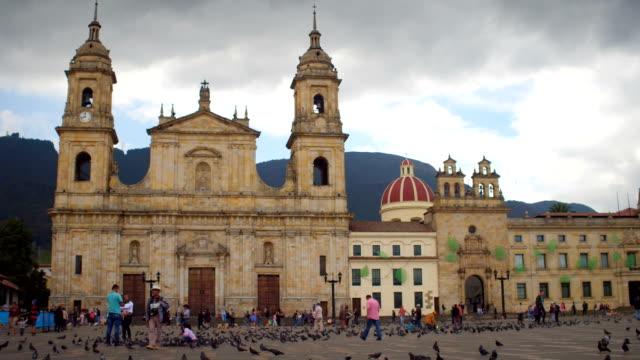 Palomas y gente en la Plaza de Bolívar, La Candelaria, Bogotá, Colombia 4 - vídeo