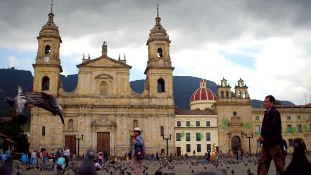 güvercinler ve plaza de bolivar, la candelaria, bogotá, kolombiya 5 insanlara - kolombiya stok videoları ve detay görüntü çekimi
