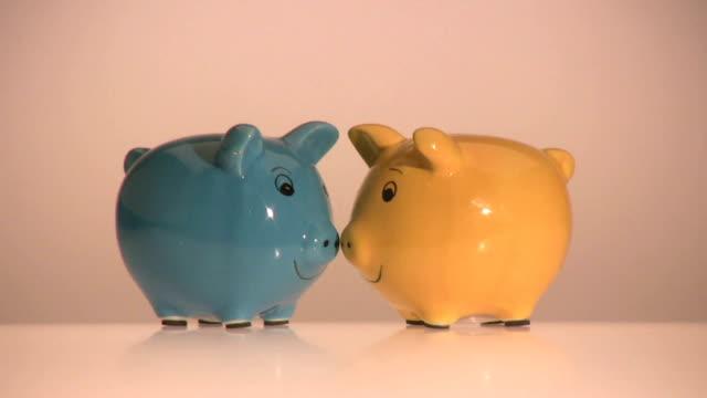 piggybank coppia danza - due oggetti video stock e b–roll