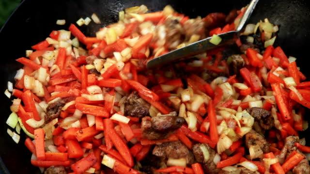 preparazione pilaf (plov)-afgano, uzbeko, tagiko cucina nazionale piatto - san pietroburgo russia video stock e b–roll